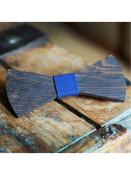 Pánský dřevěný motýlek Dark s modrou stuhou